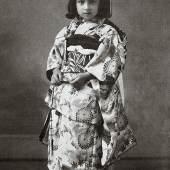 Die kleine Anna im malerischen Kimono.