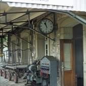 """1976 Inzwischen reicht das Bahnsteigdach über die gesamte Gebäudeseite, somit steht auch das """"Stellwerk"""" im Trockenen und bleibt bis zum 30.05.1979 für Zugkreuzungen der DB in Betrieb (Bild: Siegmar Peter, Schwerte)."""