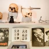 Blick in die Ausstellung im Tiroler Volkskunstmuseum, 22.4. - 6.11.2016. Um eine Andersartigkeit vor Augen zu führen, werden Körper und Gesicht zum Kriterium.  © Wolfgang Lackner