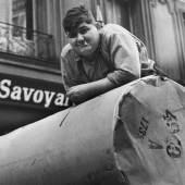 Fred Stein, Newspaper Roll / Zeitungspapierrolle, Paris 1934 223 x 193 mm  © Fred Stein bei VG Bild-Kunst, Bonn 2018