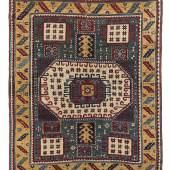 Karatschoph, Kaukasus, ca.208 x 171 cm, 2. Hälfte 19. Jh. Bedeutender Dorfteppich aus dem südwestlichen Kaukasus. Bei diesen Teppichen gibt es große Unterschiede in der Qualität. Wolle und Farben sind oft besonders schön, doch bei vielen Stücken ist die innere Zeichnung der Ornamente ungeschliffen und gedrängt. Hier sieht man jedoch eine Leichtigkeit und Gewandtheit, die es als eines der besten Exemplare seines Typus auszeichnet. Komplett original und größtenteils hochflorig erhalten. Eine Tritt