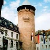 links: Ikonenhaus  - rechts:Stadtturm