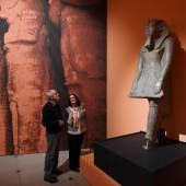 Blick auf eine Kolossalstatue Ramses II. als Beter Regierungszeit Ramses II. (1279–1213 v. Chr.), Theben, Rosengranit, Turin, Museo Egizio  © Badisches Landesmuseum,  Foto: Uli Deck