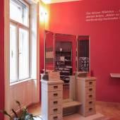 """Ausstellungsansicht (Spiegelschrank """"Psyche"""" aus dem Besitz der Familie Freud)  Foto: Oliver Ottenschläger"""