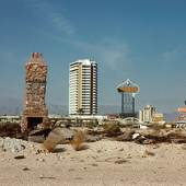 Denise Scott Brown vor der Skyline von Las Vegas, 1972 © Robert Venturi