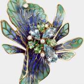 Brosche/Anhänger, Otto Klein, 18 K GG 'Blüte', mit blauer und grüner Fensteremaille, besetzt mit drei tropfenförmig-facettierten Aquamarinen von zus. ca. 5,40 cts., vier tropfenförmig-facettierten Tsavoriten von zus. ca. 2,70 cts.  und fünf Brillanten von zus. ca. 0,29 ct., ca. 30,9 g Mindestpreis:3.800 EUR