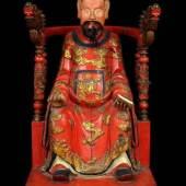 Kaiserlicher Würdenträger (wohl Gottheit) auf Thron sitzend. Holz. Schnitzarbeit, farbige Lackeinfassung überwiegend in rot, gold und schwarz. Gottheit in Tracht eines Beamten mit gut herausgearbeiteten Gesichtszügen und mit echten Haaren im Bart. Beamtenkappe und ein rotes Gewand mit feinem Stuckdekor, in dem sich mehrere Fenghuang (Phönixe) dargestellt finden. In einer Hand hält chinesische Schrifttafel. China, 19. Jh. (Qing-Dynastie 1644-1911). Höhe 90 cm. Zustand 2  1 500.00 (EUR)
