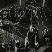 GJON MILI (1904–1984) Pablo Picasso zeichnet mit Licht und vier weitere Lichtzeichnungen, 1949 © OstLicht Foto-Auktion 5 Silbergelatineabzüge, je ca. 34 x 26 cm Jeweils mit rückseitigem Namensstempel des Fotografen Preis: 45.600 €