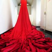 """Ona B. """"Dressed to kill"""", 20 kg schweres Mantelkleid aus 130 m """"kommunistischem Fahnenstoff"""" © Courtesy Ona B. /a Foto: Thomas Ruzicka"""