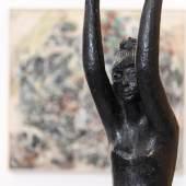 """Blick in die """"Tiroler Moderne? Tiroler Kunst 1900 bis 1960"""" im Ferdinandeum. Im Vordergrund: """"Salome"""", 1958, Hans Pontiller, im Hintergrund: """"Tachistische Komposition"""", 1949, Oswald Oberhuber  © Wolfgang Lackner"""