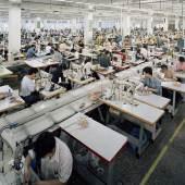Edward Burtynsky, Manufacturing #6a & #6b, Hongqingting Shoe Factory, Wenzhou, Zhejiang, China (Diptychon), 2004, Courtesy Galerie Stefan Röpke, Köln © Edward Burtynsky
