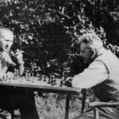 Bertolt Brecht und Walter Benjamin spielen Schach, 1934, Skovsbostrand/Dänemark, Foto: unbekannt © Akademie der Künste, Berlin, Bertolt-Brecht-Archiv