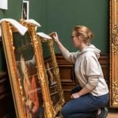 Mitarbeiterin bei Vorbereitung der Hängung im Niederländerraum Gemäldegalerie Alte Meister und Skulpturensammlung bis 1800  © SKD, Foto: David Pinzer