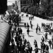 Mitarbeiter auf dem Fabrikgelände, Zlín, 1936 © FOTOGRAF: JOSEF SUDEK / MZA-SOKA ZLíN - MäHRISCHES LANDESARCHIV IN BRüNN - STAATLICHES BEZIRKSARCHIV ZLíN