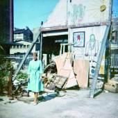 Studentin in der Impasse Ronsin vor einer Wand des ehemaligen Ateliers Brâncuși, 1965 Fotograf*in unbekannt