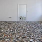"""Dieter Hacker Installationsansicht in der Galerie Michael Sturm Vordergrund: """"Alle Macht den Amateuren"""" Hintergrund: Wie beschissen finde ich Deutschland"""" 2011 Foto: Carolin Jörg"""