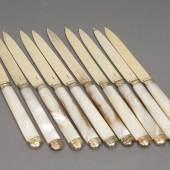 """10 Obstmesser, Silber, vergoldet und Perlmutt, Paris, um 1780, schlanke, einschneidige Klinge, zum Ende erweiterter Griff mit profilierter Kappe, Stadtmarke, Jahresstempel, """"R"""" unter Krone, Fleur-de-Lis-Zeptermarke sowie teilweise Meisterstempel """"PF"""", L 19,5cm, Altersspuren, Limit € 140"""