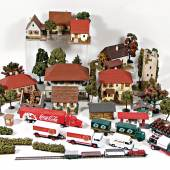 Nr.: 345  Konv. Eisenbahn, H0/00, meist Holz, 8-tlg., Gebäude, Wassermühle, Wohnhäuser, Haus in Bau, dazu jede Menge Bäume und Sträucher aus der Zeit, meist guter Zust.