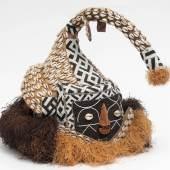 """Losnummer: 552 Artikelnummer: 3570-1 """"Mukenga""""-Maske, Kuba, Dem. Rep. Kongo Aufwändige Arbeit mit Bast, Perlen und Kauri-Muscheln. H.43cm.  Ausrufpreis: € 60,-"""