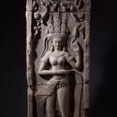 Devata. Dreiteiliges Tempelrelief mit Darstellung einer göttlichen Tänzerin.