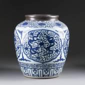 GROSSE VASE MIT DRACHEN-DEKOR China, wohl 18. Jh., Porzellan, unterglasurblauer Dekor, zinnmontierte Mündung, unglasierter Boden. H. 41 cm. Erlös: 48.700,-€