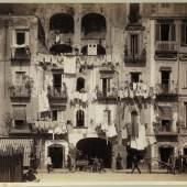 Neapel und der Süden  Giorgio Sommer, Fassaden in S. Lucia, Neapel, um 1878  Bayerische Staatsgemäldesammlungen / Sammlung Siegert