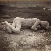 Neapel und der Süden  Giorgio Sommer, Ausgrabungen in Pompeji: Abguss eines toten menschlichen Körpers, um 1870  © Bayerische Staatsgemäldesammlungen / Sammlung Siegert