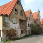 Im westlichen Teil der Nördlinger Altstadt dominieren u.a. die Großbauten der C.H. Beck'schen Druckerei. In ihrer unmittelbaren Umgebung haben sich drei kleine Gebäude erhalten, die jahrelang verfielen. Jetzt werden sie wiederhergestellt: