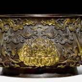 PRÄCHTIGES PHÖNIX-BECKEN China, 17./18. Jh. Bronze mit vergoldetem Reliefdekor. H 24 cm, B 59 cm. Ergebnis: CHF 4,8 Millionen
