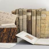 """""""Schumacher-Bibliothek"""" mit Büchern, Karteizettel und Karteikästchen, aus dem alten Archiv des Wagner Verlags; TLMF  © Wolfgang Lackner"""