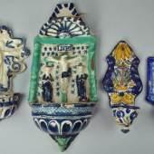 4 WEIHWASSERGEFÄßE im Zentrum Christus am Kreuz, daneben Heilige, dekoriert in blau-grün, Teruel, 17 Jh., L 33cm Mindestpreis:60 EUR