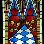Wappen mit weiß-blauen Wecken: Glasfenster aus Kloster Seligenthal