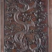WANDVERTÄFELUNG MIT RELIEFIERTEN DRACHEN, China, 19. Jh., Zitan-Holz, schwarz gebeizt, fein ge-schnitzt. 161 cm x 78,5 cm.  Provenienz: Alte Düsseldorfer Privatsammlung. Erlös 256.200,- €