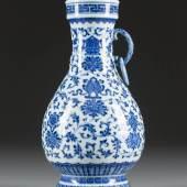VASE MIT ACHT BUDDHISTISCHEN GLÜCKSSYMBO-LEN, China, um 1800, Porzellan, unterglasurblaue Bemalung. H. 24,2 cm. Provenienz: Alte Düsseldorfer Privatsammlung. Erlös 300.000,- €