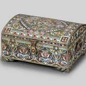 Dose mit französischer Widmung Ebenfalls aus Moskau stammt eine 1901 datierte Dose mit französischer WidmunKolonie Ahrweiler, die für EUR 4.500,- (Ausruf EUR 800,-).