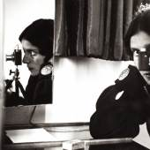 ILSE BING (1899–1998) Self-portrait with Leica, Paris 1931 Gelatin silver print, printed in 1989, 26,2 x 29,6 cm Signed and dated by the photographer in ink in the image upper left, signed and dated (print date) by the photographer in pencil on the reverse Startpreis: € 3.400 / Schätzpreis: € 5.500-6.000