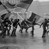 Harald Hauswald, Fahnenflucht, 1. Mai-Demonstration, Alexanderplatz, Mitte, Berlin, 1987