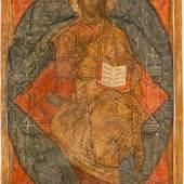 MONUMENTALE IKONE MIT DEM THRONENDEN CHRISTUS ALS WELTENHERRSCHER AUS EINER KIRCHEN-IKONOSTASE, Russland, um 1600. Kowtscheg, Eitempera auf Kreidegrund. 109 x 67 cm. Erlös 43.750,-€