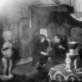 Erna Kirchner (Schilling) und Ernst Ludwig Kirchner im Atelier Berlin-Wilmersdorf, Durlacher Straße 14, um 1912/14, Neuabzug vom Glasnegativ, 18 × 24 cm © Kirchner Museum Davos, Schenkung Nachlass Ernst Ludwig Kirchner, 1992