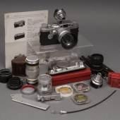 Leica IIIG, No. 829265 mit Sumaron F3,5, Elmar F9, Elmar F5, 1 VIOOH, 1 WINTU, 2 Vorsatzlinsen, 1 Schnellaufzug SCNOO sowie diverses Zubehör, Gebrauchsspuren, Limit 800 Euro