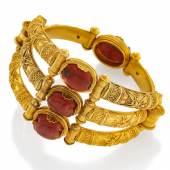 Armreif Castellani (1814 – 1914)  Italien  750/- Gelbgold   Ø 6,1 cm 4 geschnitzte Skarabäen 1,6 x 1,0 cm Ergebnis: 20.640 Euro