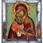 9 - Sehr feine Ikone mit der Gottesmutter vom Don (Donskaja)  Nadelholz-Einzelbrett mit zwei Stirnseiten-Sponki. Eitempera auf Kreidegrund, partielle Vergoldung. Halbfigurige Darstellung der nach links geneigten Gottesmutter. In ihrem rechten Arm hält sie das Christuskind, das seine Wange zärtlich an die seiner Mutter drückt. In ihrer linken Hand hält sie ein weißes Tuch. Das dunkelrote Maphorion der Gottesmutter mit perlbesetzten Bordüren, der grüne Chiton und das orange Himation des Christusknaben mit reicher Goldchrysographie. Zwei Randheilige: Johannes der Täufer und Apostel Matthäus. Appliziertes Silberiza mit getriebenen Bordüren verziert. 31,2 x 27 cm Seltene Ikone sehr guter Qualität. Die schön modellierten Inkarnate mit weicher Schattierung in Braun- und Rottönen sind sehr plastisch gestaltet.  Russland, Moskau, Anfang 18. Jh.  Katalogpreis: 7.000 - 7.500 €