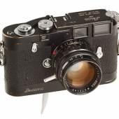 """Leica M3D Schwarz Lack Nr. M3D-2 (1955)  Berühmter Vorläufer aller Leica MP Kameras, speziell hergestellt 2 Jahre vor Markteinführung der MP für den bekannten Life Fotografen David Douglas Duncan. Nur 4 Kameras (M3D-1 bis 4) wurden produziert und viele Jahre von Duncan verwendet. Die angebotene schwarz lackierte Kamera ist noch in sehr gutem Zustand mit schwarzem Leicavit (graviert """"Leicavit"""" ohne """"MP"""") und schwarz lackiertem Summilux 1,4/50mm Nr.2028874 mit speziellem Fokussierhebel (dieses Objektiv ist in Lager I Seite 185 mit M3D-4 abgebildet). Die Kamera ist komplett mit speziellem Rückspulknopf und Duncan's Originalriemen - aus privater Sammlung, die Kamera war bis 2007 im Besitz von David Douglas Duncan.  Startpreis: 150.000 EUR Schätzpreis: 250.000-350.000 EUR Verkauft: 3 Stk 858.000 Euro"""
