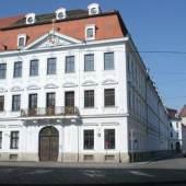 Fassade zur Maximilianstraße und lang gestreckte Flanke des Palais