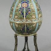 Beim Kunsthandwerk überzeugte ein Schmuck-Ei mit floralem Emaildekor, welches wohl im 9. Jahrhundert in Moskau gearbeitet wurde; der Preis steigerte sich auf 2.800 € (Ausruf 780 €; 88 Zolotnik, Höhe ca. 17,5 cm).