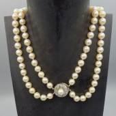"""Perlenkette - 2-reihiges Perlenkropfband (Süßwasserperlen) mit zentriert floralem Dekorverschluss (585er Gold), mittig eingerbeiteter Perle und acht Brillianten (getestet). Unter dem Stand mit """"585"""" und """"WJ"""" bezeichnet. (Länge ca. 38 cm, Durchmesser der Perlen ca. 0,6 - 0,8 mm)  Startangebot: 290,-"""