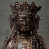 Große Guanyin-Bronzefigur mit Resten einer Lackfassung, Ming