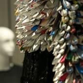 """Detail eines Kleides aus Tetra Pack, dem Stephan Hann den Namen """"Midnight Venus"""" gegeben hat. Foto: LWL/Betz"""