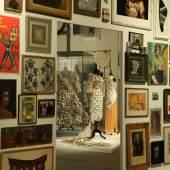 Wand mit Bildern und Fundstücken aus dem Atelier Stephan Hanns, die ihm dort als Inspiration dienen. Foto: LWL/Betz
