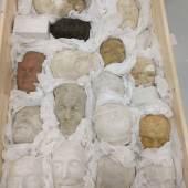 RAUS MIT DER KUNST! Mit Seidenpapier eingepackte Totenmasken aus Gips  © TLM